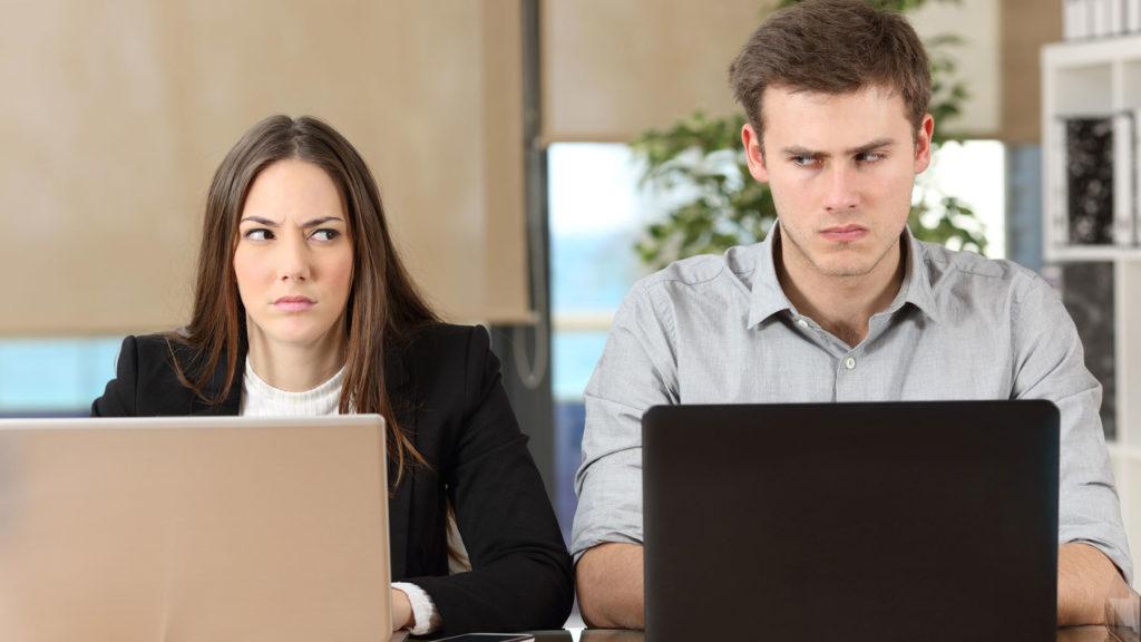 Två kollegor som tittar argt på varandra