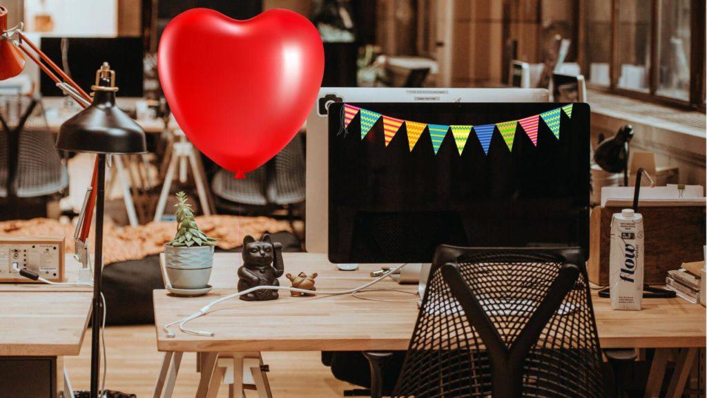 Skrivbord med vimplar och ballonghjärta