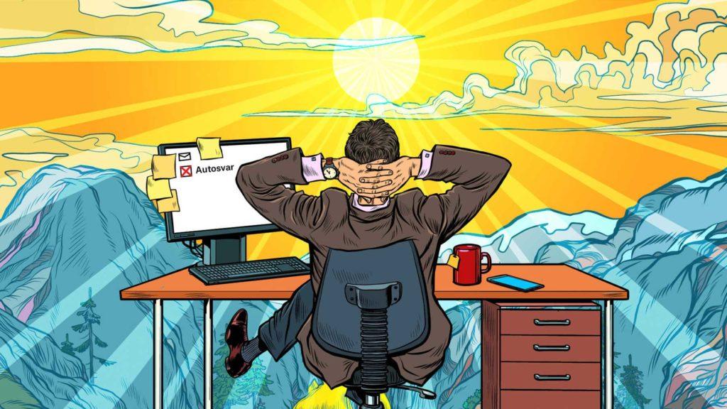 Person som sitter vid skrivbord framför solnedgång