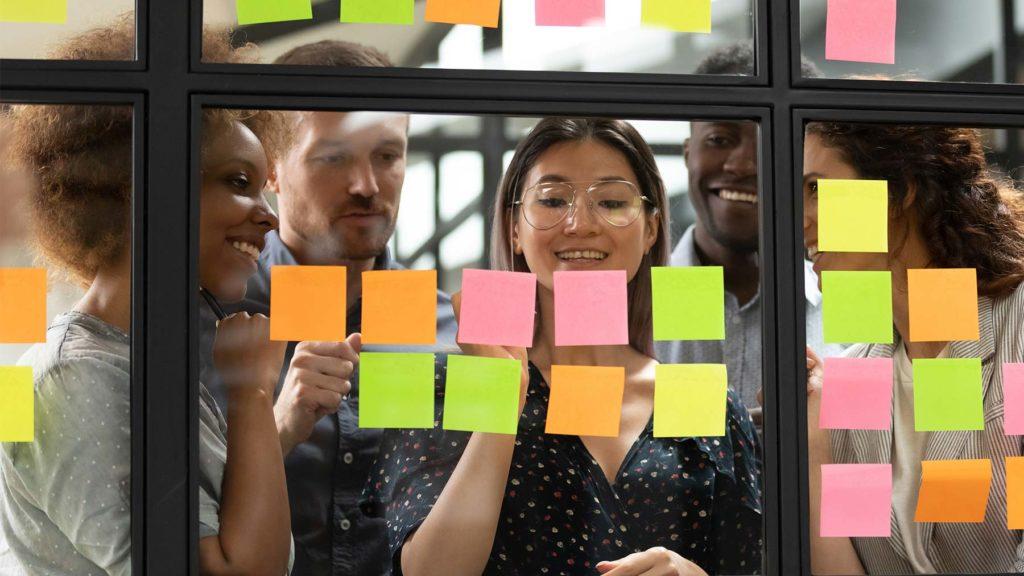 Agilt ledarskap med post it-lappar i olika färger