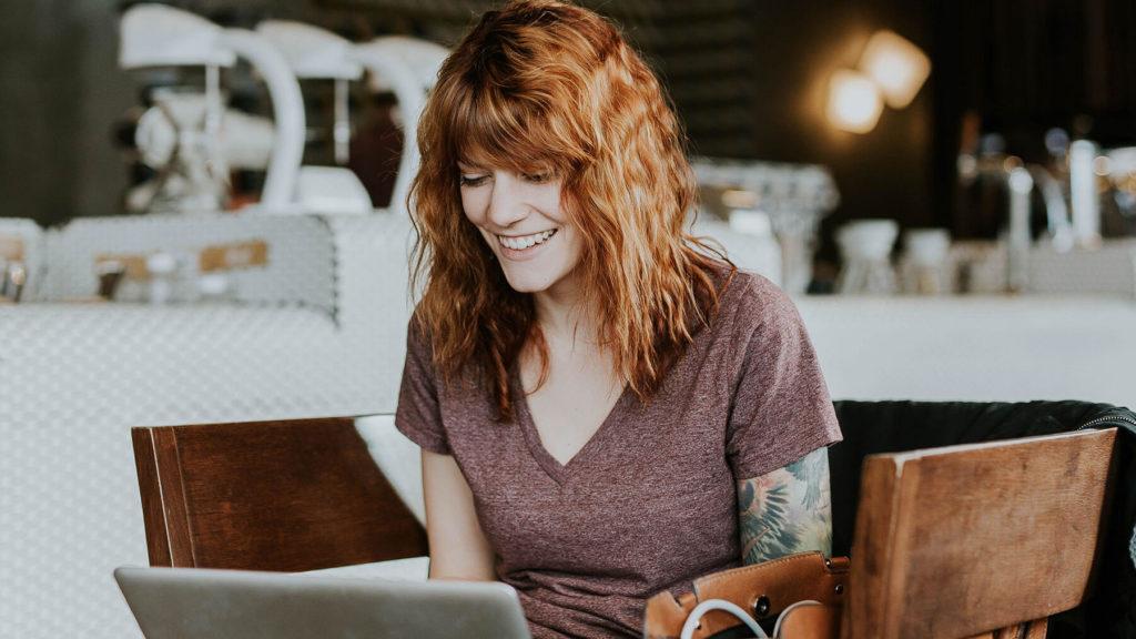 Kvinna som förbereder sig för comebacken på jobbet vid dator
