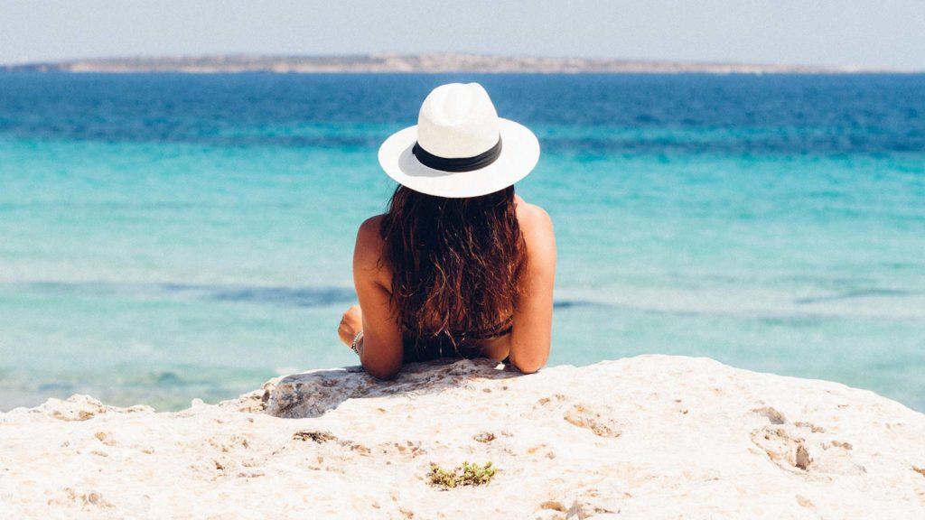 Avkopplande semester, kvinna på strand