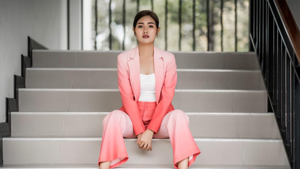 Kvinna som sitter i trappa
