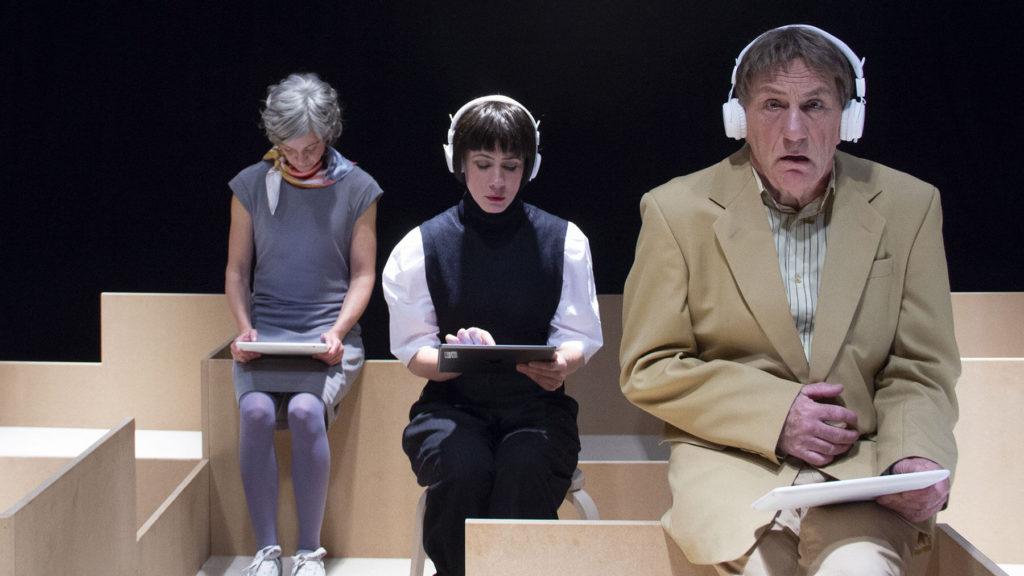 Sara Klingvall, Helena Gezelius och Jan Ericson som vilsna mellanchefer under repetitionerna av Öppna kontorslandskap.