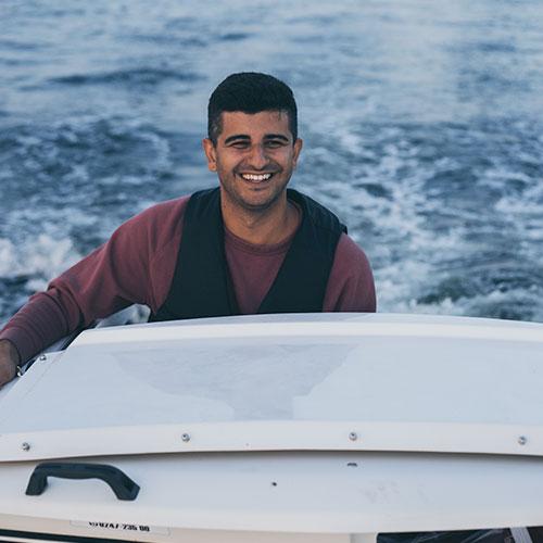 Arash Gilan med sin båt