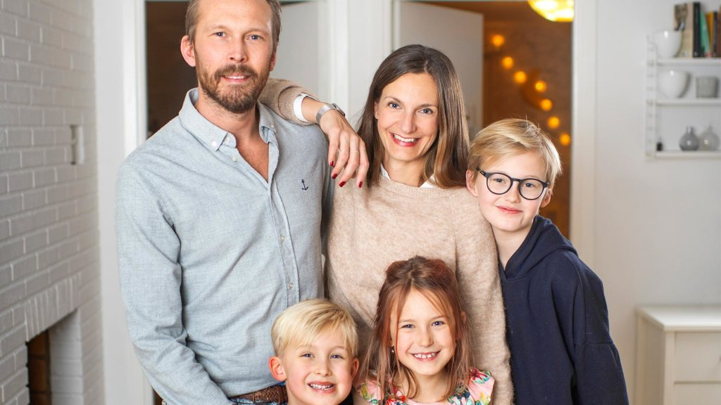 Beatrice och Eric Forsgren med de tre barnen