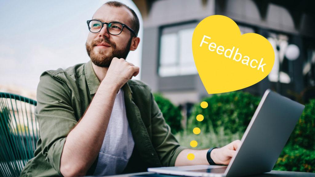 Person som ser glad ut efter att ha fått feedback digitalt