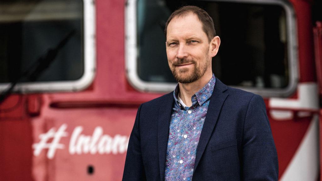 Peter Ekholm framför ett tåg