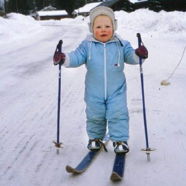 Rickard som barn åker skidor