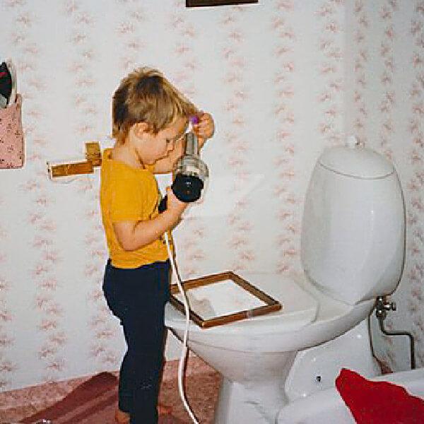 Rickard som barn som leker i ett badrum