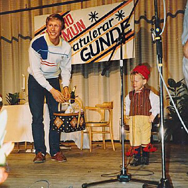 Rickard som barn på en scen med Gunde Svan