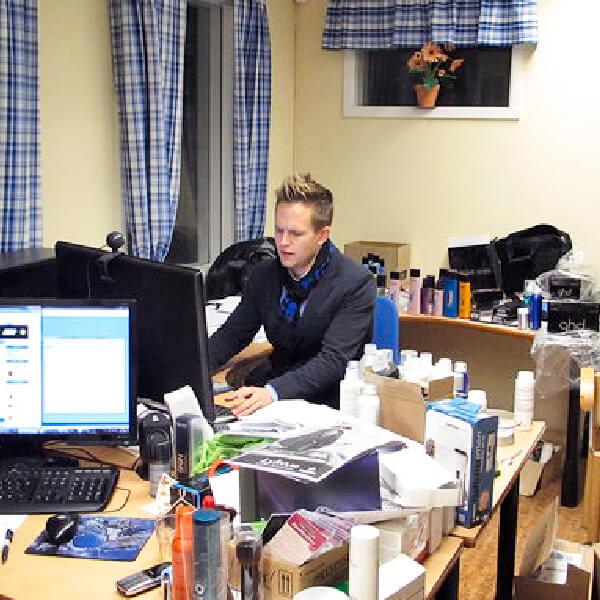 Rickard bland kartonger i ett kontor