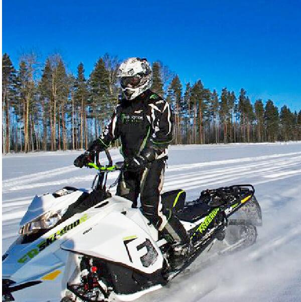 Rickard Lyko på snöskoter