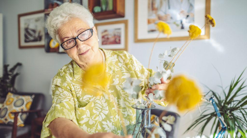 Kvinna på äldreboende