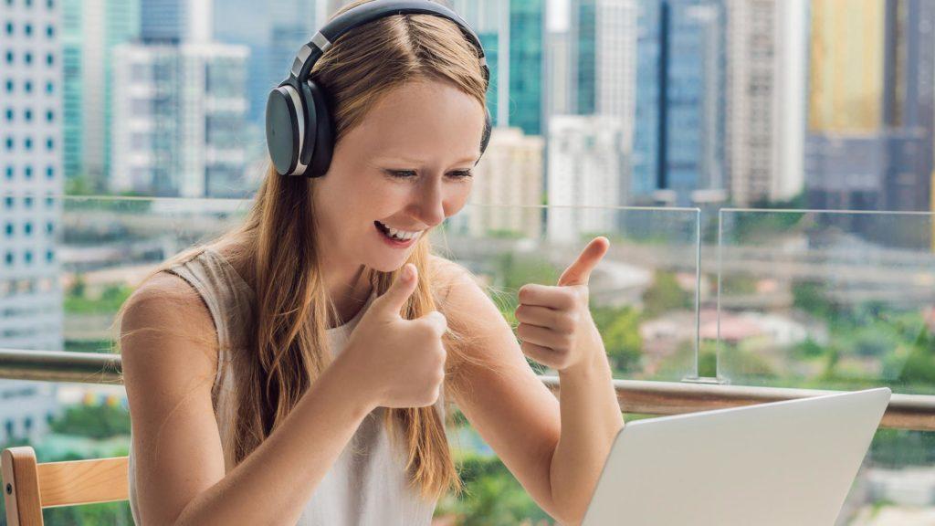 Person på balkong som gör en jobbintervju online