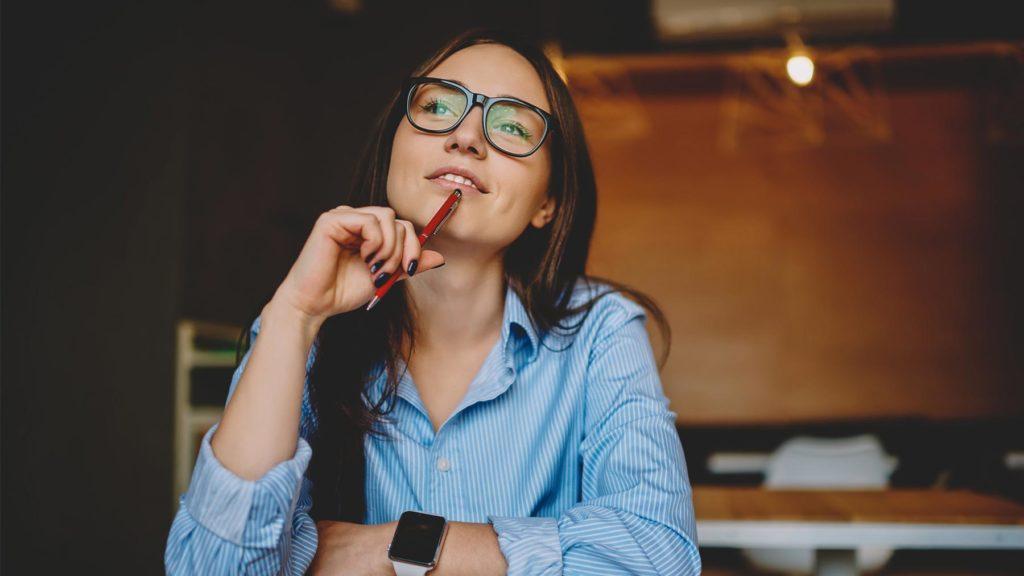 Person i blå skjorta som funderar över karriärbyte