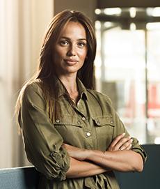 Porträttbild på Jeny Meira som står med armarna i kors