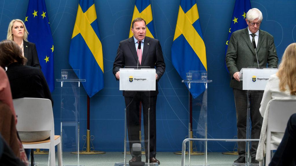 Socialminister Lena Hallengren, statsminister Stefan Löfven och Folkhälsomyndighetens generalsekreterare Johan Carlson på pressträff.
