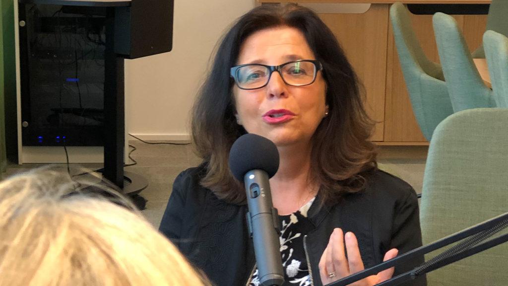 Maria Mindhammar, generaldirektör på Arbetsförmedlingen, under poddinspelningen med Cissi Elwin