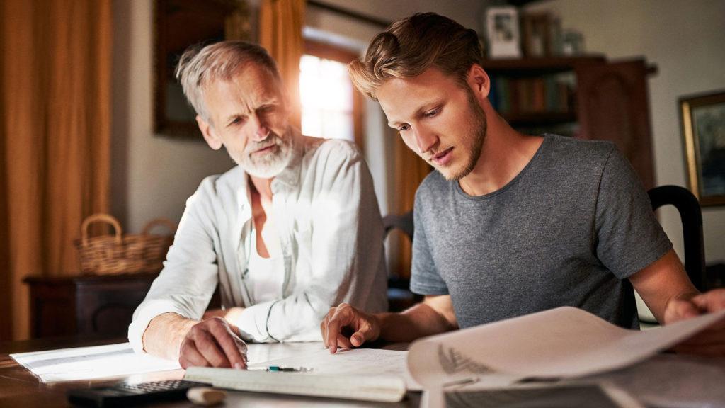 Son och far som tittar på ekonomin