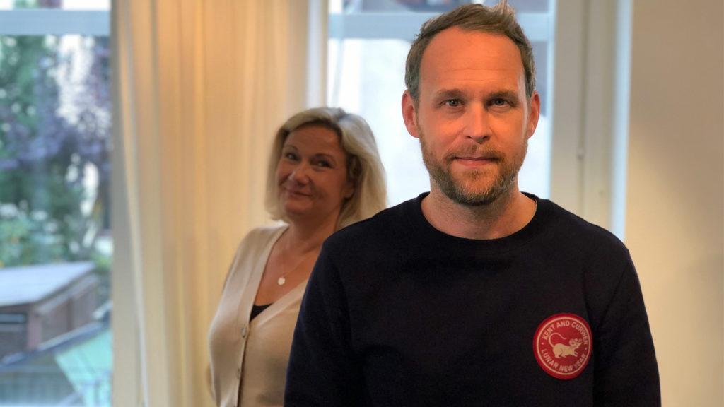 Björn Frantzén i närbild, med Cissi Elwin i bakgrunden