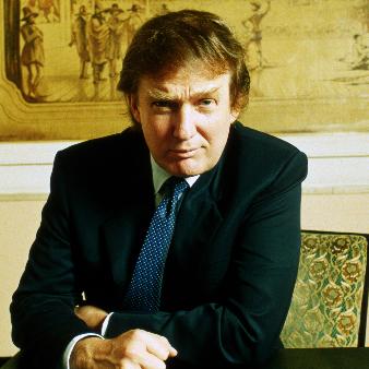 Donald Trump sitter vid ett skrivbord.