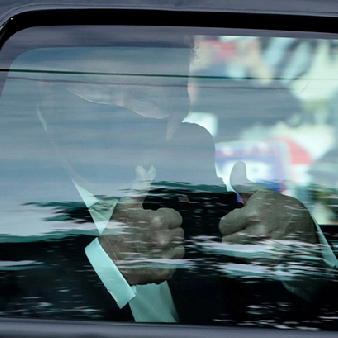 Donald Trump gör tummen upp från en bil efter att ha behandlats för covid-19. Det skedde vid Walter Reed National Military Medical Center I Bethesda, Maryland.