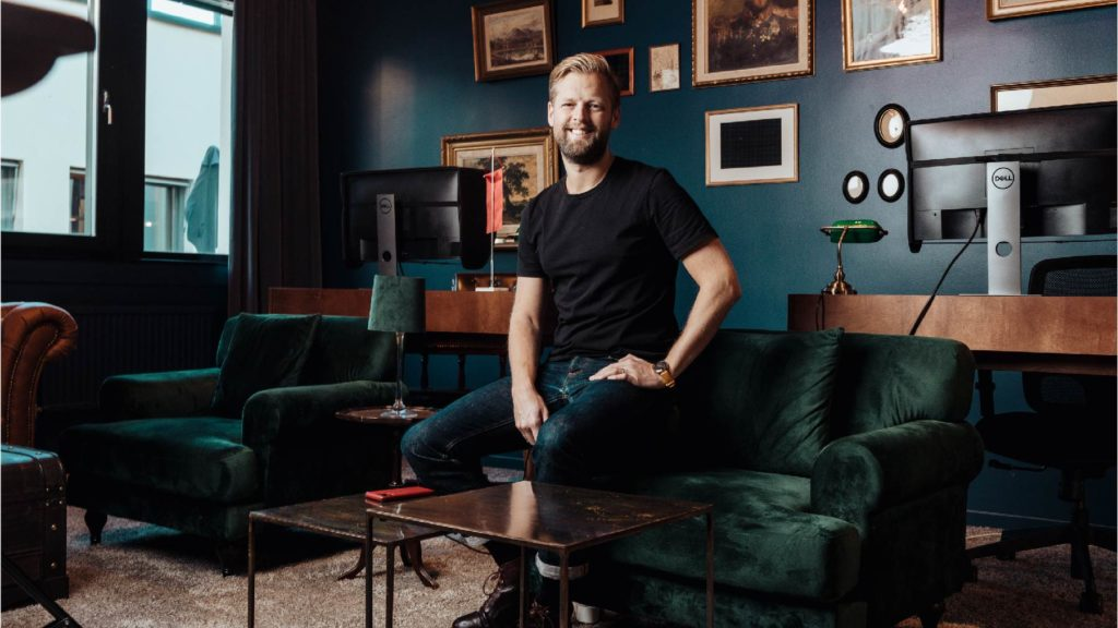 Johnny Warström sitter på en soffkant.