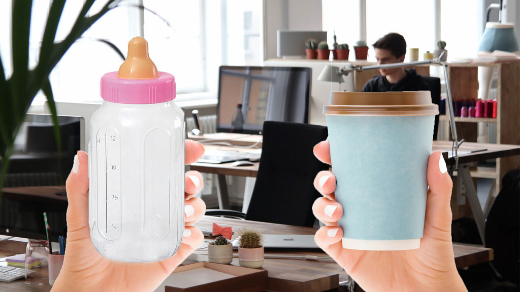 Nappflaska och latte i take away-mugg, i bakgrunden kontor