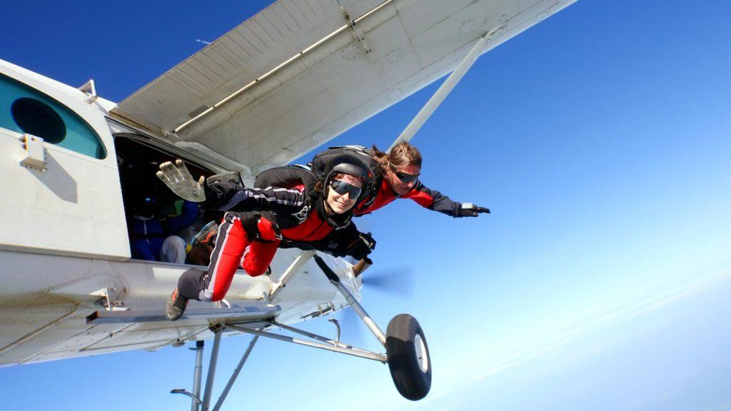 Två personer som hoppar fallskärm - eller precis ska hoppa
