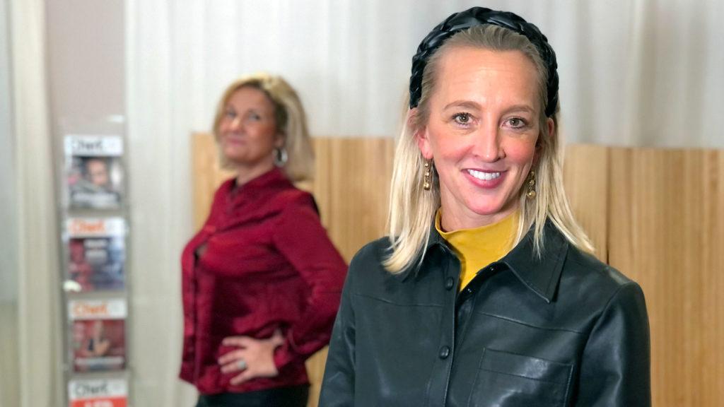 Anna Wikland under inspelningen av podden Chef dilemma, tillsammans med Cissi Elwin