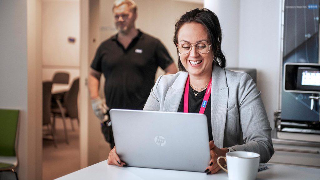 Cecilia Rosquist vid sin dator