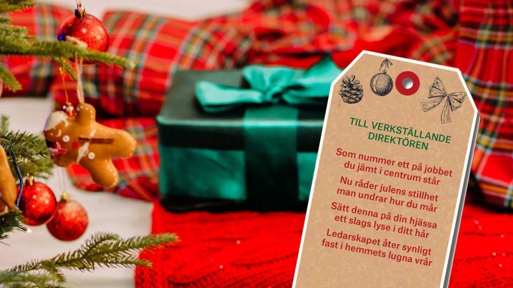 Paket och en etikett med ett av julrimmen från artikeln