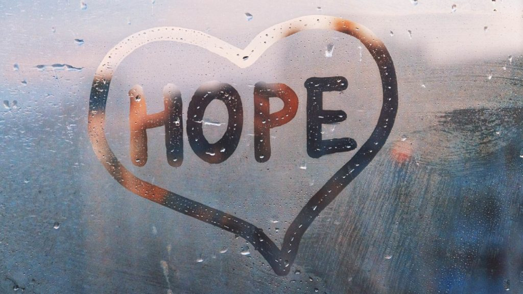 Hjärta med texten hope ritad på immig glasruta.