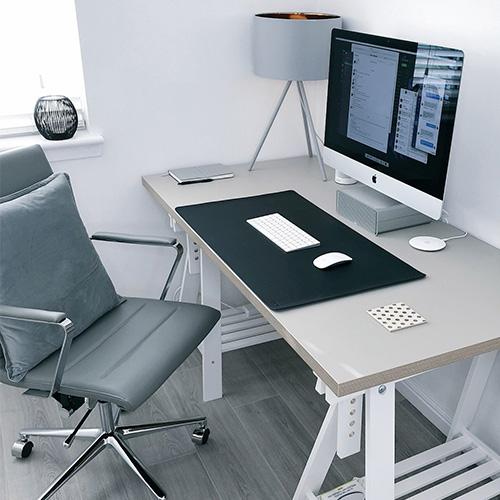 Hemmakontor med stol samt höj- och sänkbart skrivbord.