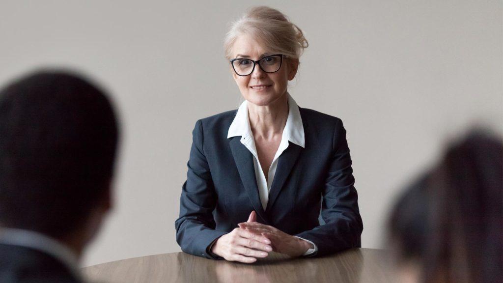 Kvinna på anställningsintervju