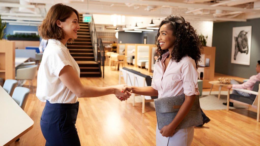 Två kvinnor som tar i hand efter en anställningsintervju