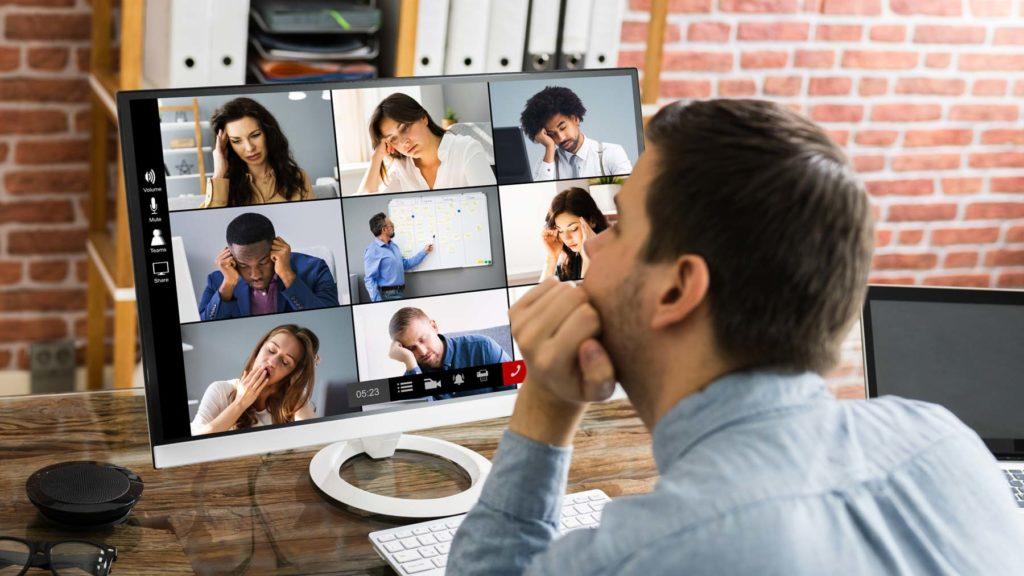 Person som presenterar under videomöte, och de andra ser uttråkade ut