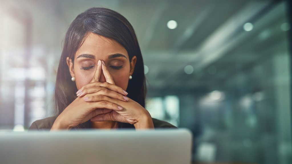 Kvinna som är trött efter ett videomöte