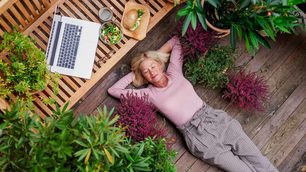Person i trädgård som tar jobbpaus och vilar