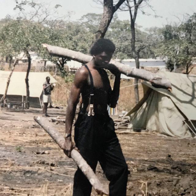 Efter tumult på universitetet fick Mwepu fly från Kongo till Zambia. Tillbringade ett par veckor på belgiska ambassaden och hamnade därefter på en flyktingförläggning.