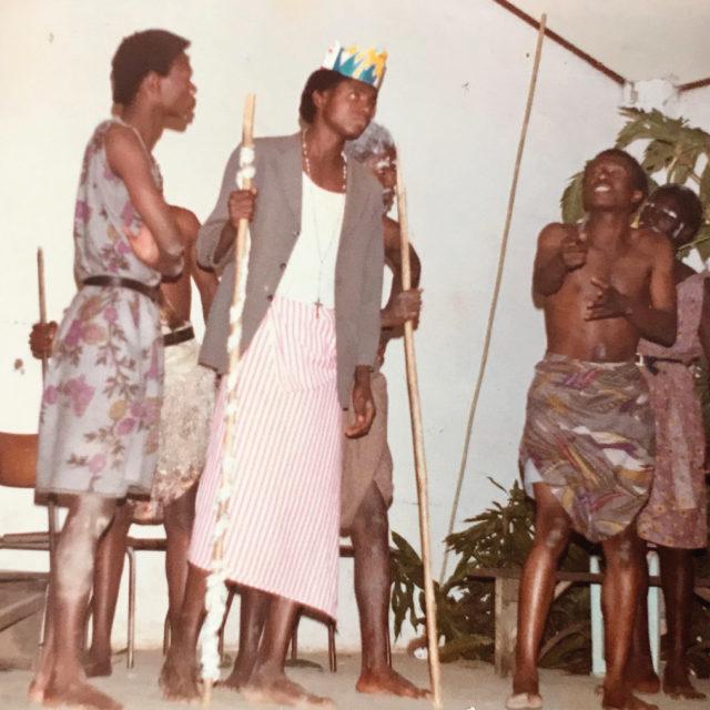 På fritiden på 80-talet skrev Jacques Mwepu teaterfarser som han regisserade och ofta själv hade en roll i.