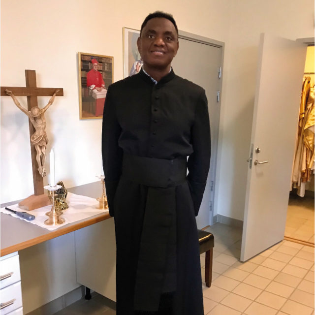 """I sonens kortfilm """"Hitta mig"""" fick Mwepu möjligheten att spela rollen som präst, yrket han aldrig blev i det verkliga livet."""