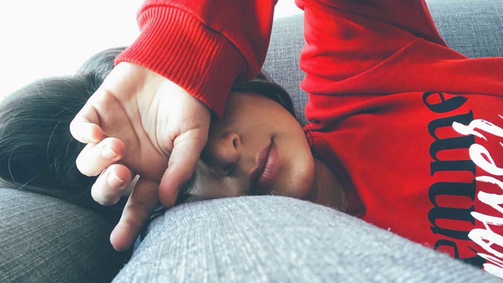 Person i soffa som är hemma med psykisk ohälsa