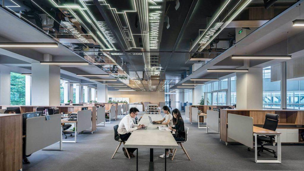 Ett kontor där några få människor arbetar, som i övrigt är tomt.