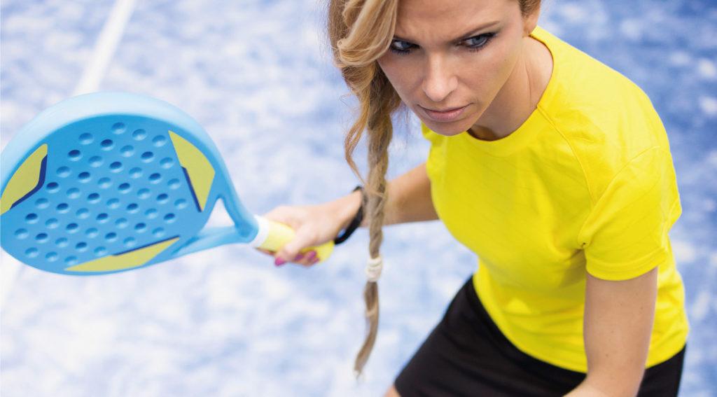Kvinna som spelar padel