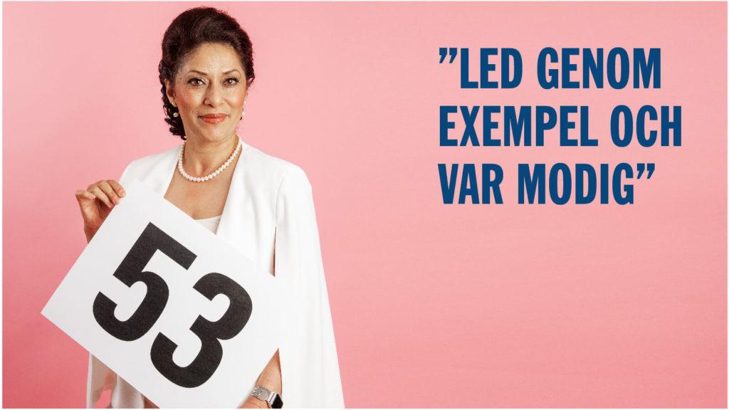 Azita Sharlati håller i en skylt med siffran 53.