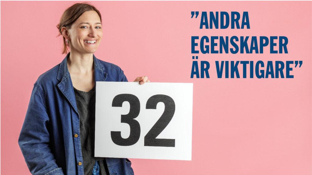 Julia Kalthoff håller i en skylt med siffran 32.