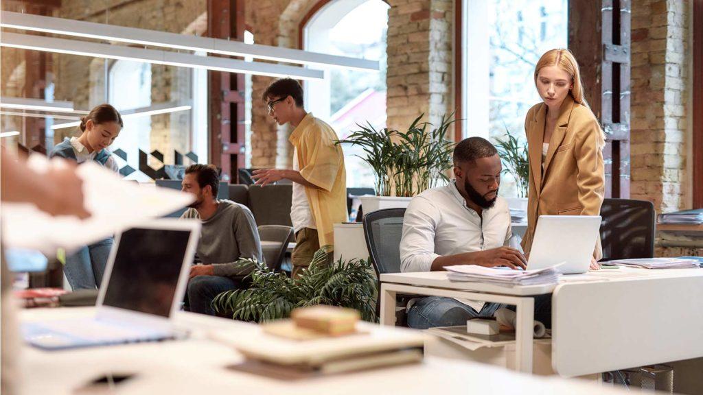 En grupp unga människor arbetar på ett kontor.