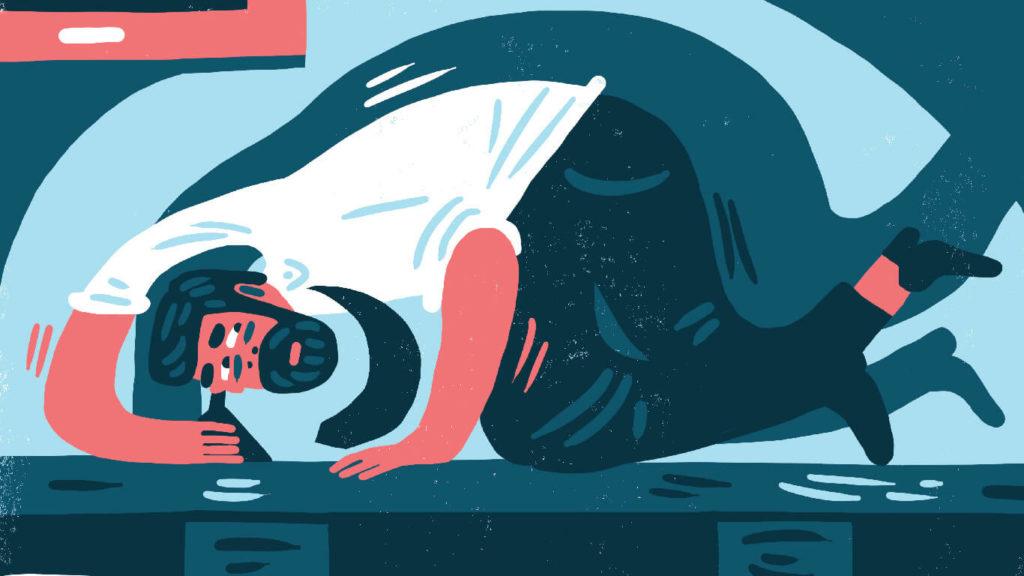 En illustration av en man som ligger ihopkrupen och ser ut att lyssna mot golvet/skrivbordet.